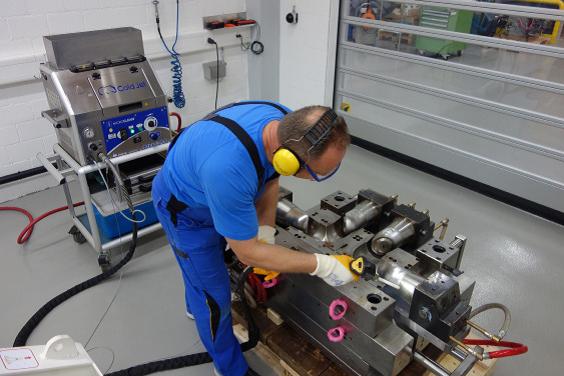 Usuwanie nagarów z form do wyrobów plastikowych w produkcji urządzeń sanitarnych.