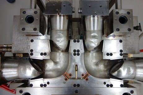 czyszczenie suchym lodem form do produkcji urządzeń sanitarnych
