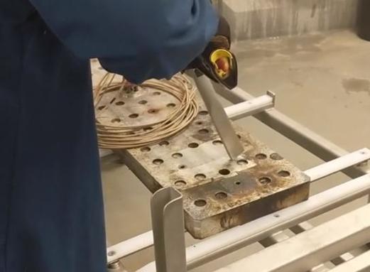 czyszczenie powierzchni metalowych z resztek serów